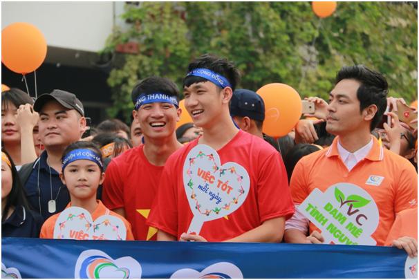 Nhiều nghệ sĩ, ban nhạc, tuyển thủ đội tuyển bóng đá U23 Việt Nam như ca sĩ Trung Quân, Bảo Trâm, trung vệ U23 Bùi Tiến Dũng, hậu vệ Nguyễn Trọng Đại… cũng tham gia đi bộ gây quỹ vì cộng đồng.