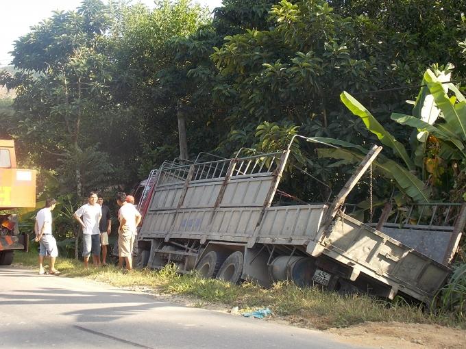 Xe tải mất lái rơi xuống lề đường