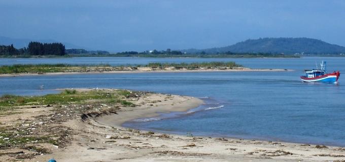 Những cồn cát nhô lên giữa cửa biển