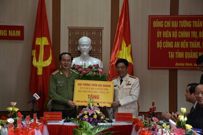 Bộ trưởng tặng (tượng trưng) Công an tỉnh Quảng Nam 50 bộ máy vi tính.