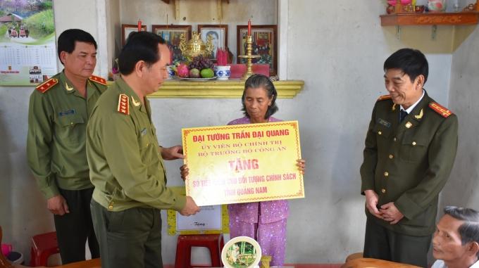 Bộ trưởng trao tặng (tượng trưng) sổ tiết kiệm cho gia đình chính sách