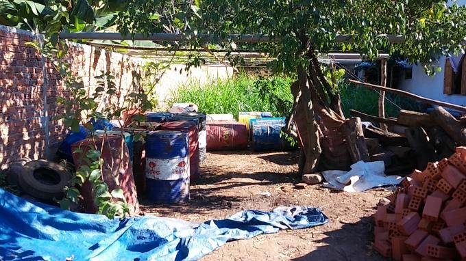 Hàng chục thùng phuy đựng xăng dầu mà các tài xế rút trộm