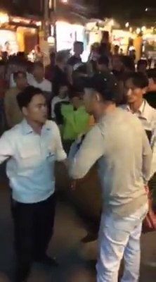 Trong clip, HDV Quang (mũ đen) liên tục    buông lời tục tĩu.