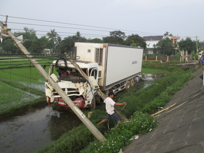 Sau khi đâm gãy trụ điện, xe tải 49C-07511 lao xuống ruộng