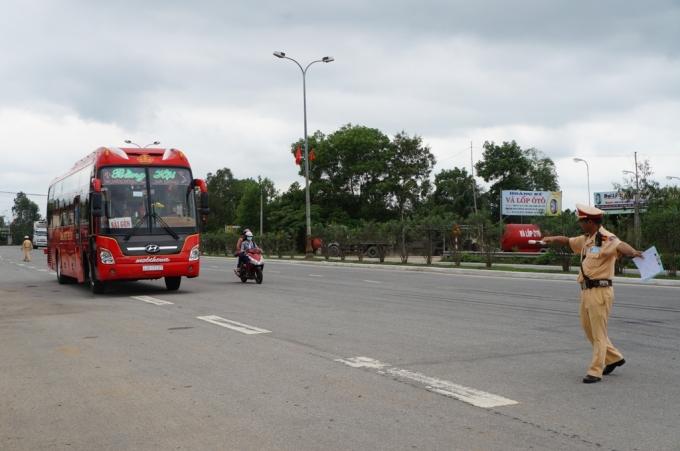 Tuần tra, kiểm soát trên đường Nguyễn Hoàng.