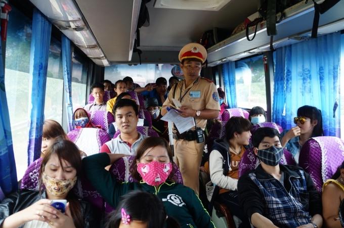 Kiểm tra lượng khách trên xe.
