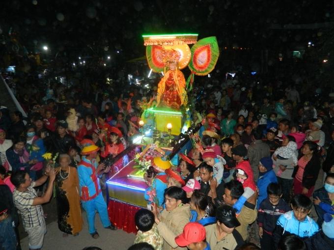 Hàng ngàn người dân địa phương và quanh vùng đến tham dự Lễ hội.
