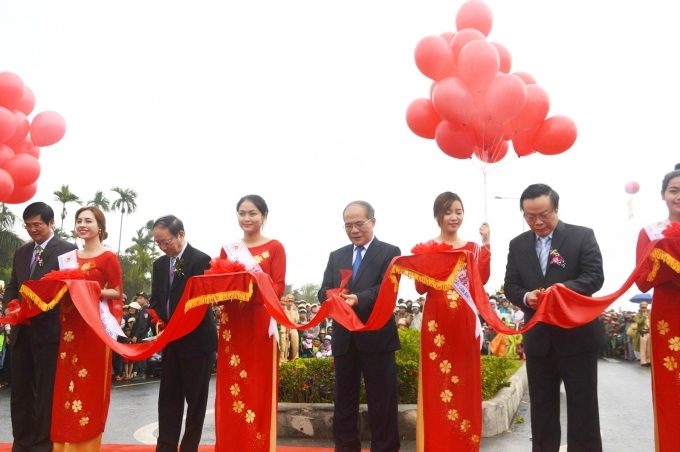 Chủ tịch Quốc hội Nguyễn Sinh Hùng cùng lãnh đạo tỉnh Quảng Nam cắt băng khánh thành.