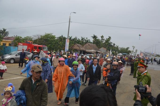 Đông đảo người dân dù phải đội mưa vẫn vui cười tham dự lễ khánh thành.