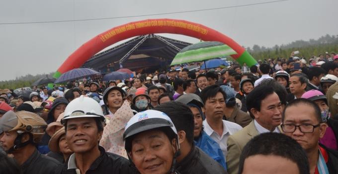 Người dân vui tươi, phấn khởi khi có cầu Cửa Đại.