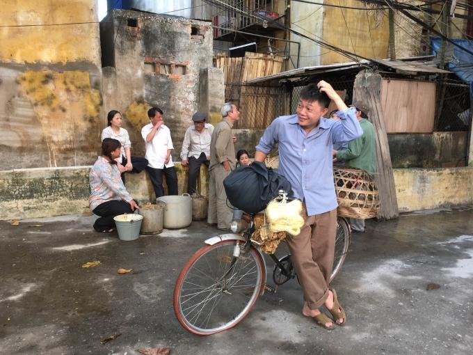 BTV Quang Minh đi dép lào, mặc đồ xưa tạo nên cảm xúc đặc biệt.