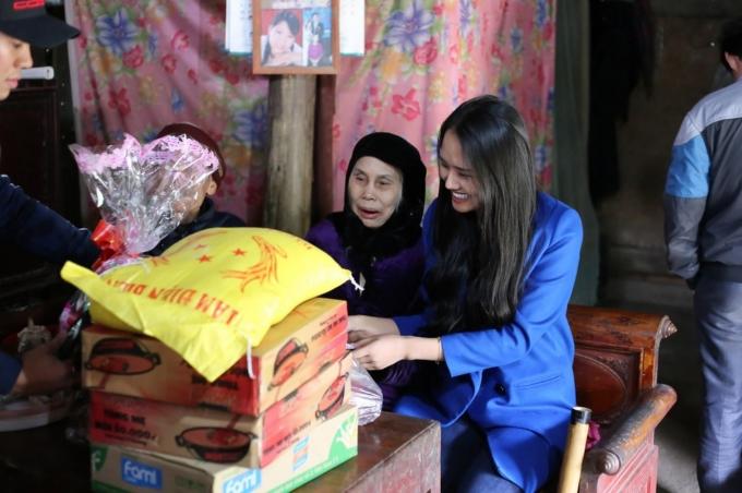 Á hậu Lâm Thùy Anh về quê từ thiện trong giá lạnh