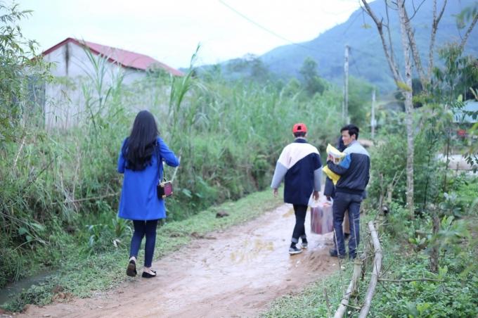 Trong suốt chuyến từ thiện, dù tiết trời khá lạnh nhưng Lâm Thùy Anh tự tay khiêng từng thùng mì, từngbaogạo để mang đến cho người dân vùng núi.