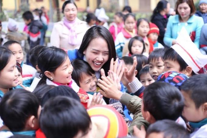 Sự hòa đồng nhiệt tình của Thùy Anh khiến các em nhỏ ai cũng quý mến