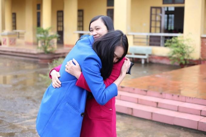 Tại đây, Lâm Thùy Anh đã gặp lại cô giáo chủ nhiệm cũ, cô vui mừng sau bao nhiêu năm thấy học trò cũ đã trưởng thành và vẫn không quên trường cũ cùng các thầy cô.