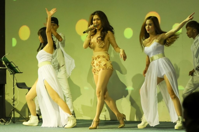 """Ca sĩ Hoàng Y Nhung thay bộ trang phục ngắn, năng động và vô cùng sexy để biểu diễn trên sân khấu. Ngoài ca khúc chủ đề """"Hạnh phúc của người khác"""", Hoàng Y Nhung còn thể hiện ca khúc """"Đông tàn""""."""
