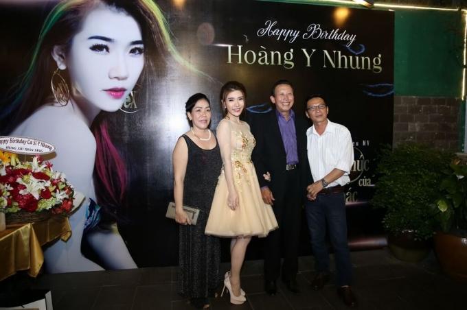 Nhạc sĩ Thế Hiển chụp ảnh kỷ niệm cùng Hoàng Y Nhung và bố mẹ người đẹp