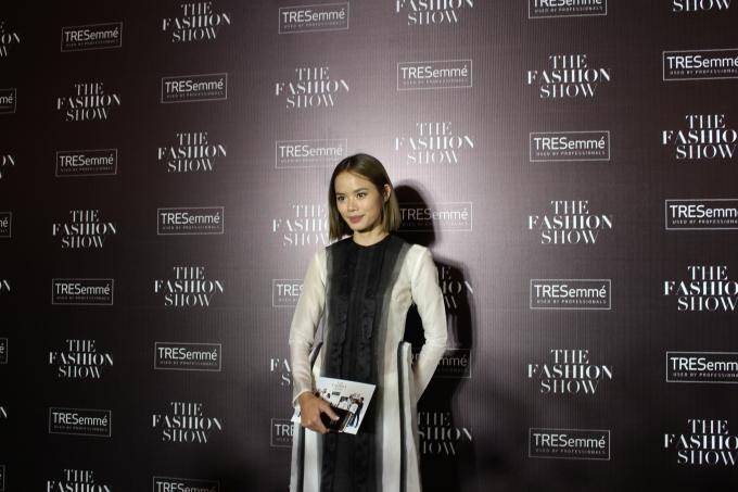 Người mẫu Trần Hiền trông khác lạ với trang phục từ lụa tơ tằm của NTK Hoàng Tú (Ảnh: Phương Thảo)
