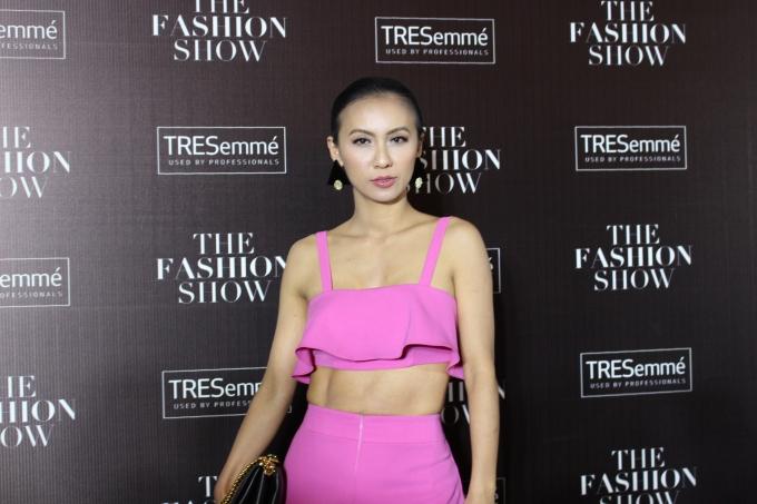 Sắc hồng rực rỡ của trang phục từ NTK An Nhiên đã khiến Huyền Ny trở thành điểm nhấn khác lạ trên thảm đỏ (Ảnh: Phương Thảo)