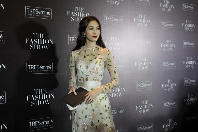 Hoa hậu Đặng Thu Thảo vẫn gắn liền với những chiếc đầm dạ hội đầy nữ tính, tôn tối đa vẻ đẹp mong manh hiền thục của người đẹp. Được biết, tuyệt tác này thuộc về NTK Tùng Vũ (Ảnh: Phương Thảo)