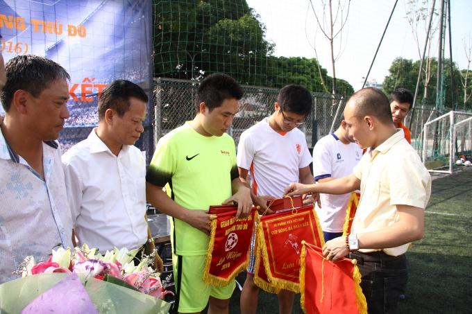 Nhà báo Phạm Quốc Cường - Trưởng BTC giải trao cờ đến với Đội trưởng các đội bóng tham gia cúp Đoàn Kết.