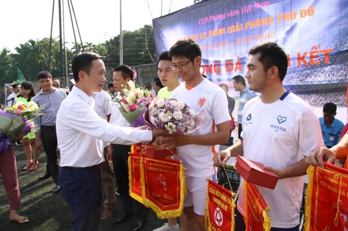 Đại diện Cty Long Giang Land tặng hoa các đội bóng.