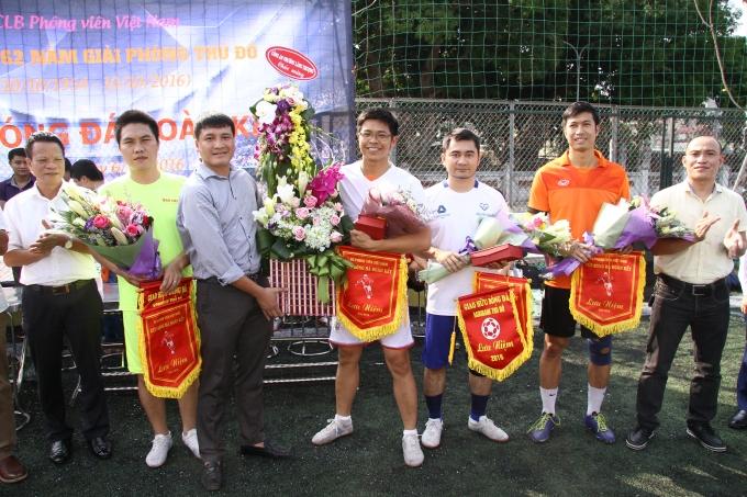 Đại diện Công an phường Láng Thượng tặng hoa và cờ lưu niệm cho các đội.