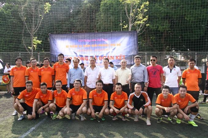 Đội bóng Ngân hàng Agribank Thủ đô trong màu áo da cam.