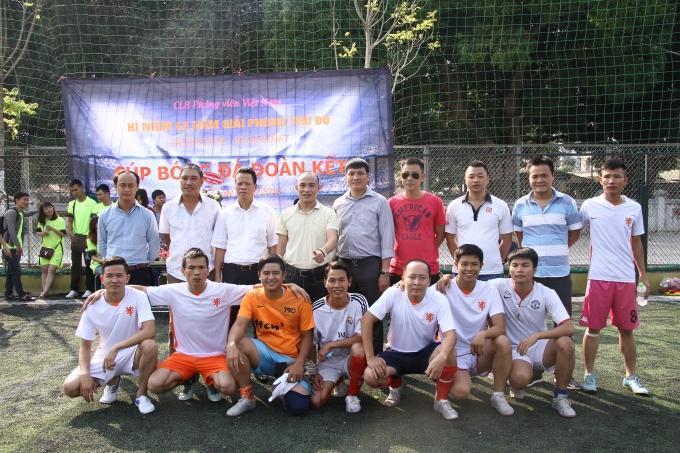 BTC chụp ảnh lưu niệm với đội bóng FC Phóng viên.