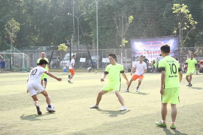 Pha đi bóng giữa FC Phóng viên và đội bóng Pháp luật Plus.