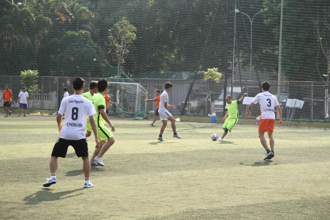Một pha bóng gay cấn giữa hai đội tham gia giải.