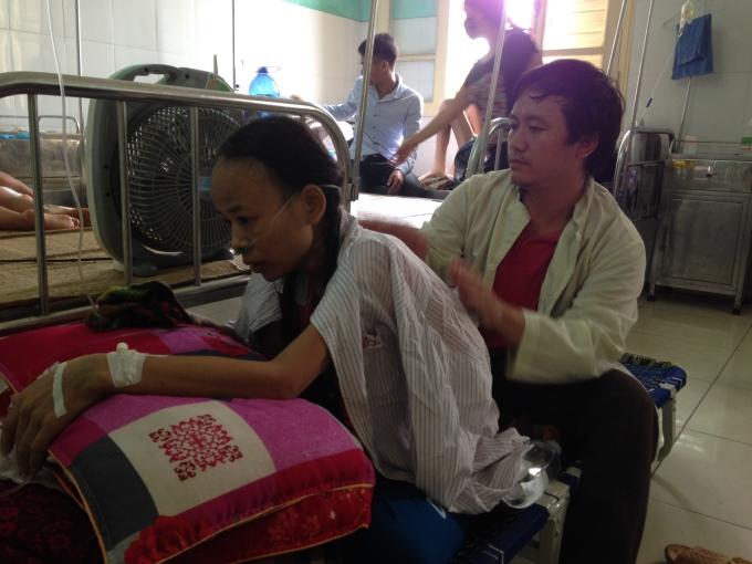 Chị Trịnh Thị Tuyền đang được chồng chăm sóc