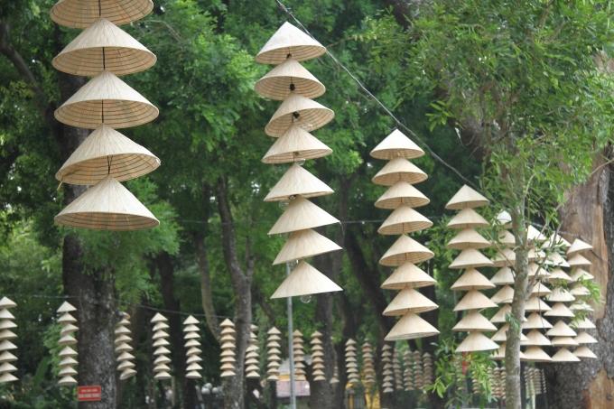 Phía ngoài dọc hai bên đường Hoàng Diệu cũng được trang trí bằng những chiếc nón lá.