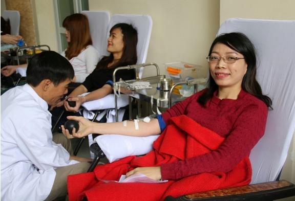 Cô Loan cán bộ phòng Đào tạo trường VHNT Quân đội tham gia hiến máu