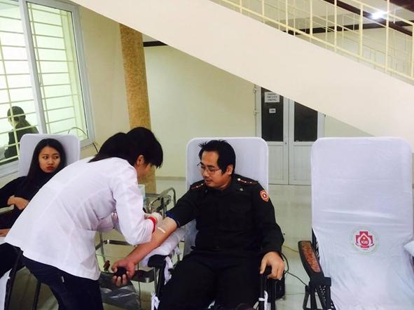 Du học sinh Khon Savanh Chanthavanh (người Lào) tham gia hiến máu