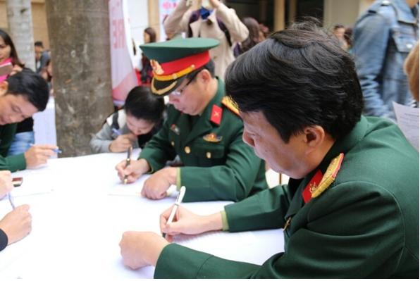 Thầy Nguyễn Xuân Thủy ( phó hiệu trưởng) đăng kí tham gia hiến máu.