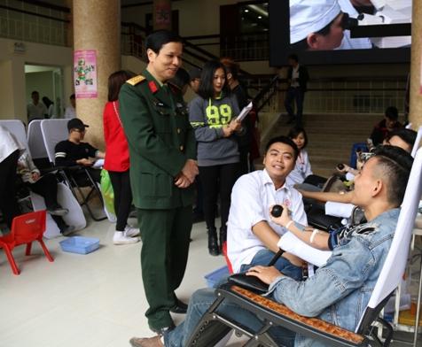 Đại tá Phan Văn Long đến tận tình hỏi thăm, động viên các sinh viên hiến máu