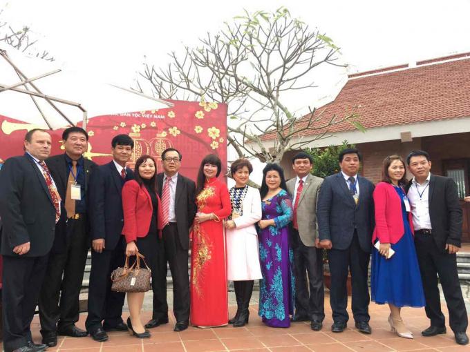 Lãnh đạo công ty Sao Thái Dương chụp ảnh cùng Kiều bào.
