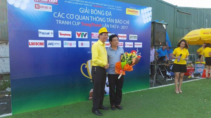 ÔngPhí Ngọc Chung - Chủ tịch HĐQT, Giám đốc Cty Trung Thành tặng hoa cho ông Nguyễn Văn Hùng, hàm Vụ trưởng Vụ Báo chí Xuất bản.
