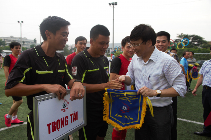 Ông Hồ Quang Lợi - Phó Chủ tịch Thường trực Hội nhà báo Việt Nam tặng cờ lưu niệm cho các đội bóng.