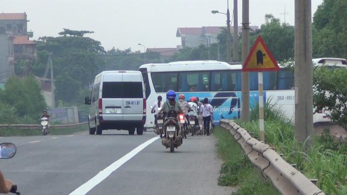 Tình huống chiếc xe ô tô 16 chỗ phải phanh gấp và đánh lái sang làn đường bên trái để tránh chiếc xe chở công nhân Sam Sung.