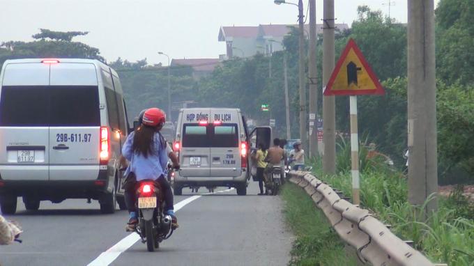Các xe dừng để đón trả khách trước của bãi xe.