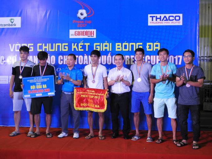 Tổng Biên Tập báo Pháp luật Việt Nam, TS Đào văn Hội trao giải ba cho đội Truyền hình TP Hồ Chí Minh.
