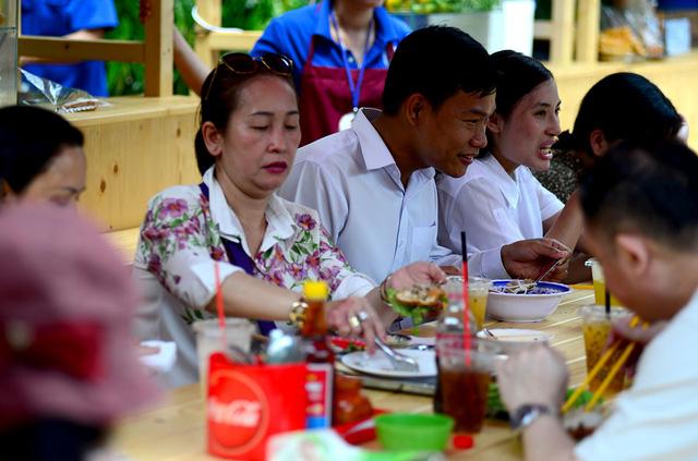 Khác với phố hàng rong ở đường Nguyễn Văn Chiêm, phố hàng rong thứ 2 có kê bàn ghế để khách tiện ngồi ăn uống tại chỗ.