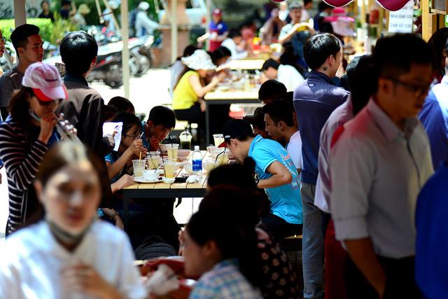 Vào buổi trưa, lượng khách đến ăn uống khá đông.