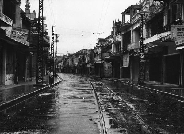 Phố Hàng Đào vắng lặng vì lệnh giới nghiêm trước khi bộ đội Việt Minh tiếp quản Thủ đô.