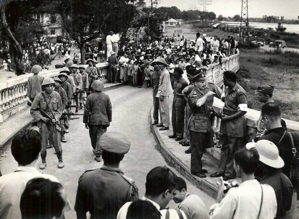 Binh sĩ hai bên tập trung tại chân cầu Long Biên tại thời điểm chuyển giao quyền lực.