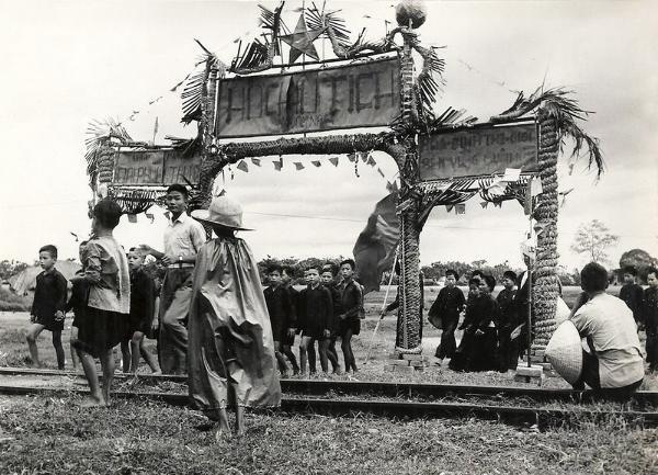 Chiếc cổng chào với tên Hồ Chủ Tịch trang trọng được dựng lên đón lính Việt Minh.