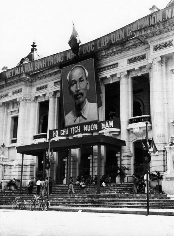 Bức ảnh Hồ Chí Minh được treo trang trọng tại Nhà Hát Lớn Hà Nội sáng ngày 10/10/1954.