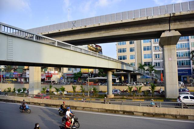 Để có lối đi riêng cho người đi bộ sang đường, một cầu vượt bộ hành được xây dựng cùng tầng đường cao tốc trên cao.